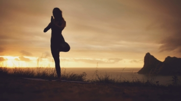yoga-exercise-on-the-cliff-1